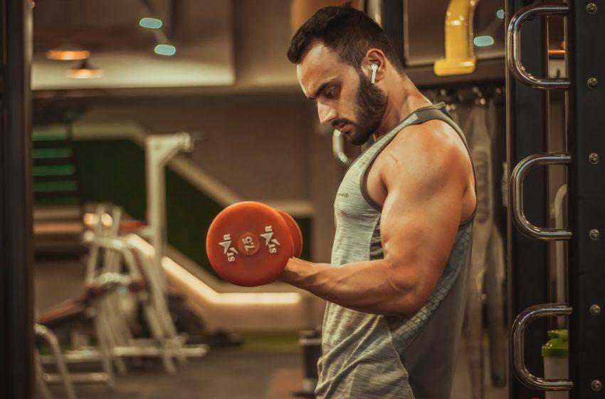 Jak wybrać koszulkę na siłownię?
